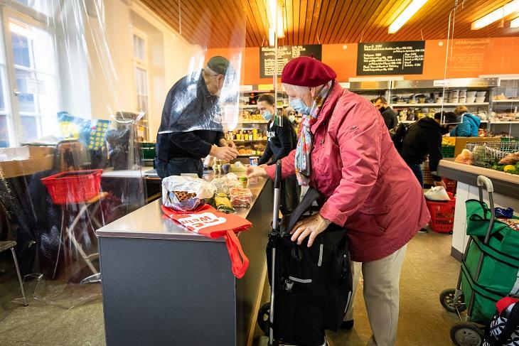 Eine Kundin holt Lebensmittel in der Tafel ab
